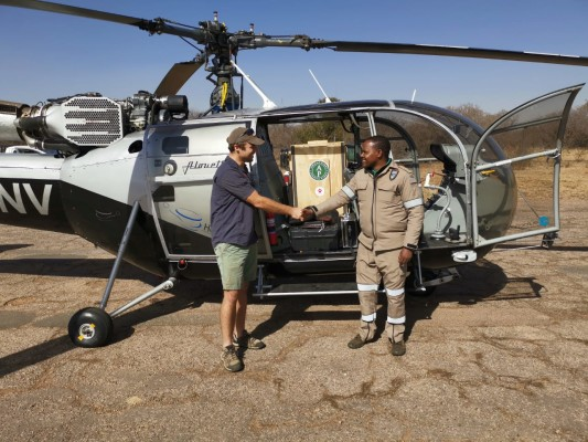 African Parks_Vincent van der Merwe the loads cheetah into a helicopter in South Africa_Credit Johann Vorster